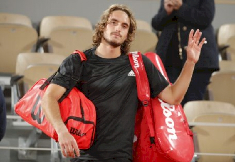 stefanos-tsitsipas-announces-disheartening-news-after-successful-run-at-french-open-2020